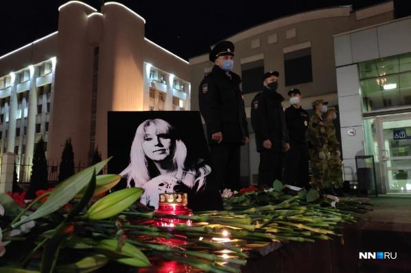 Не имея возможности пройти за оцепление, нижегородцы устроили импровизированный мемориал около здания МВД