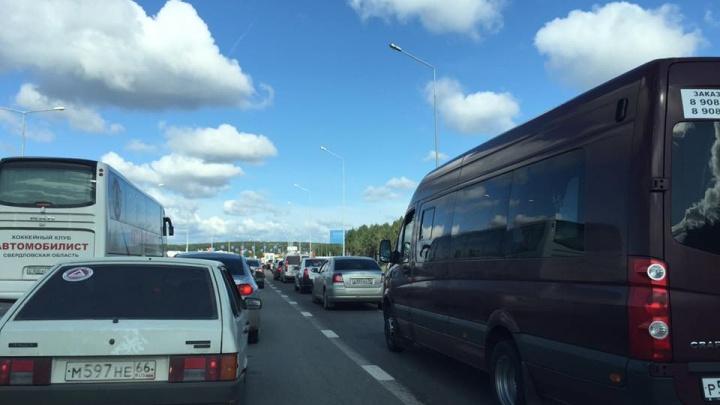 На въезде в Екатеринбург образовалась десятикилометровая пробка