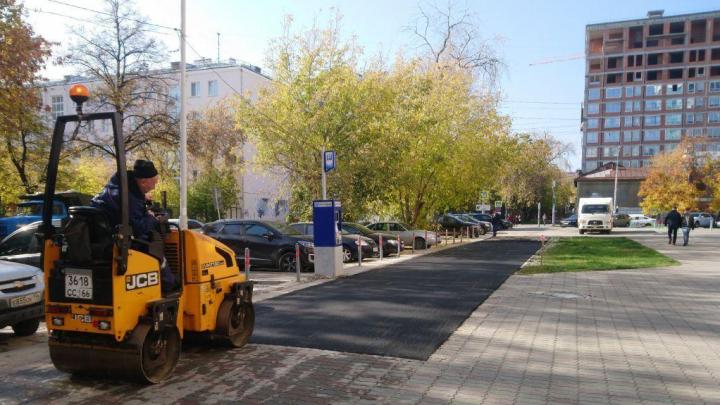 Дорожный ремонт в стиле микс: в центре Екатеринбурга рабочие закатали бехатоновую плитку в асфальт