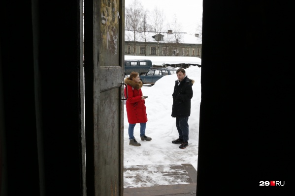Александр Храмов рассказал, что с женой Антонидой в аварийном деревянном доме на улице Гагарина он живет пять лет. Супруги просто мечтают как можно быстрее съехать