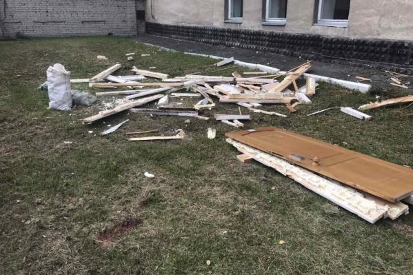 Рабочие решили выкинуть строительный мусор из окна