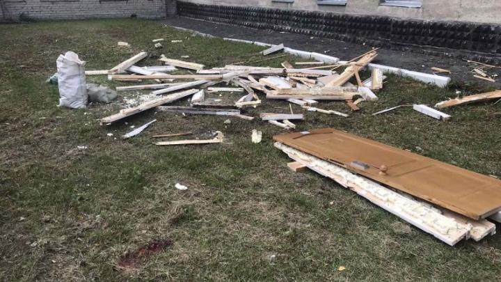 Выкинули строительный мусор из окна: в Кургане с пятого этажа на мужчину упала дверь