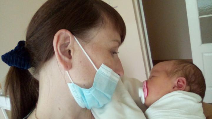 «Это у неё четвёртый ребёнок»: в копейской опеке рассказали о семье, сдавшей новорождённого в больницу
