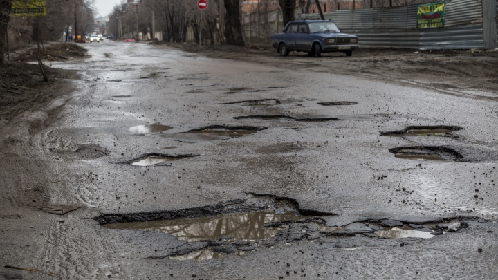 В Волгограде «Лада» застряла в огромной яме