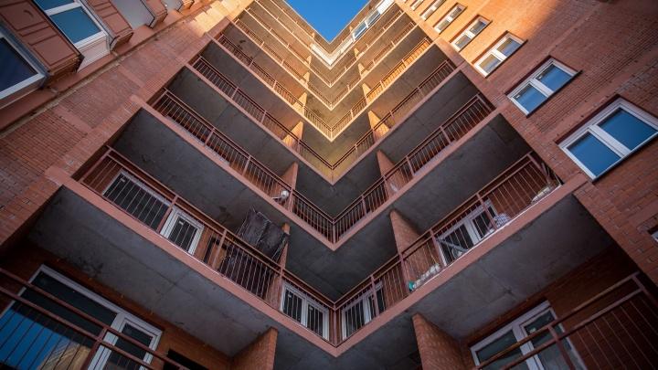 В Октябрьском районе мужчина выпал с балкона 17-этажки на припаркованный автомобиль