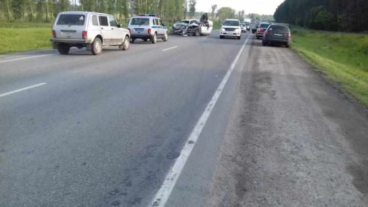 В Искитимском районе иномарку разорвало после столкновения — двое человек погибли на месте