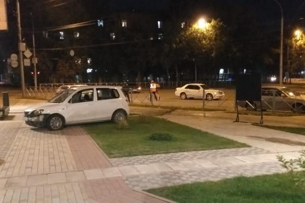 В происшествии пострадали несовершеннолетние пешеходы, прогуливающиеся в сквере