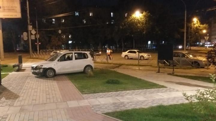 Влетел в пешеходов. Иномарка пробила ограждение и въехала в сквер в центре Новосибирска — пострадали двое