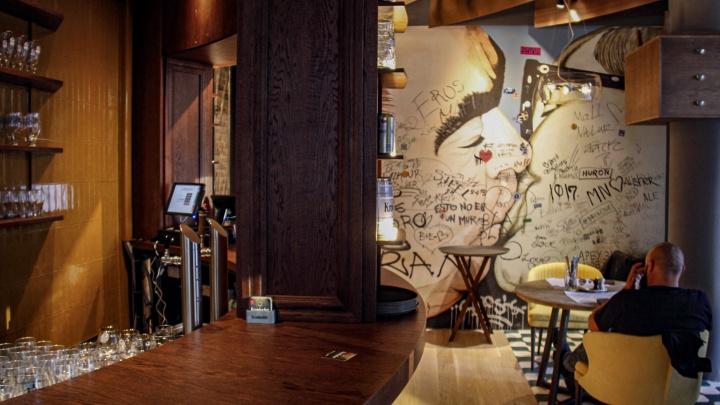 Новые рестораны новосибирцев отметили на «Золотой пальмовой ветви» — среди них заведение с целующимся Брежневым