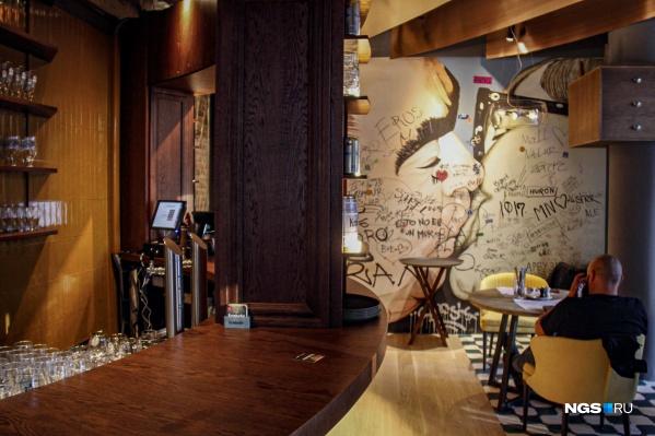 Пивной ресторан Дениса Иванова Krombacher открытна первом этаже гостиницы «Шератон» в Москве