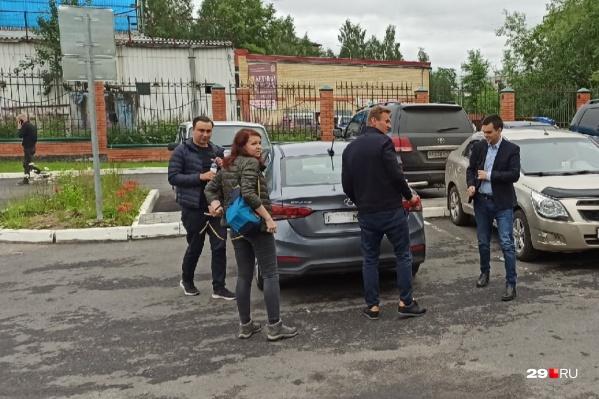 Навальный и другие представители ФБК во время прибытия к залу суда<br>