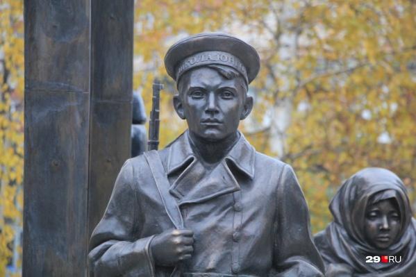 Красноармеец Владимир Евгеньевич Тункин родился в 1924 году в Архангельске. Погиб 6 апреля 1942 года в бою у деревни Котовка. По документам считалось, что он похоронен в братской могиле. Но сейчас поисковики думают, что он остался лежать на поле боя