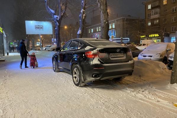 Тот самый BMW на тротуаре