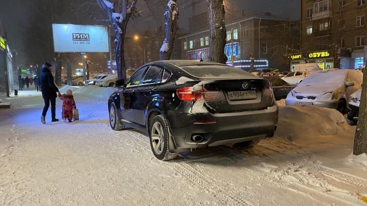Битвы за парковку. Куда водитель BMW послал новосибирца с замечанием и зачем Mercedes заехал к катку у оперного
