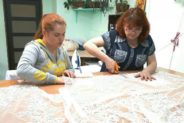 Марина Захарова (справа) начала шить свадебные платья 7 лет назад