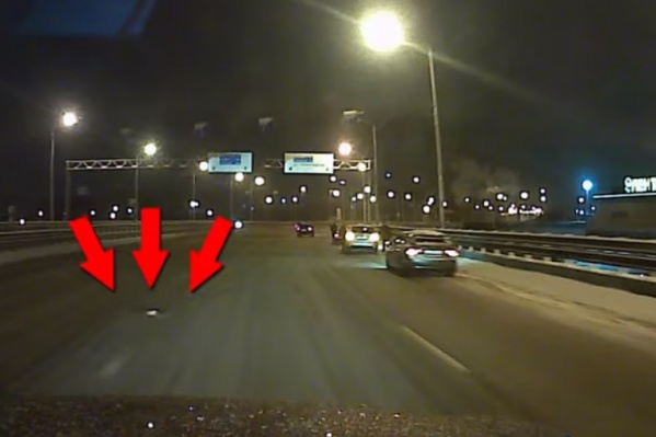 Водители предупреждают друг друга об опасности на Юбилейном мосту