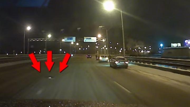 Предупредите остальных: в Ярославле за выходные восемь машин пострадали от ямы-убийцы