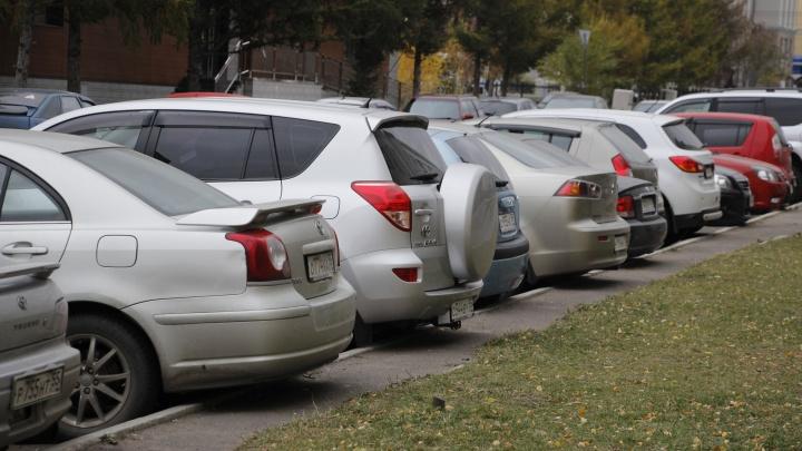 «В бюджете средств нет»: в мэрии объяснили, почему в Омске не делают платные парковки