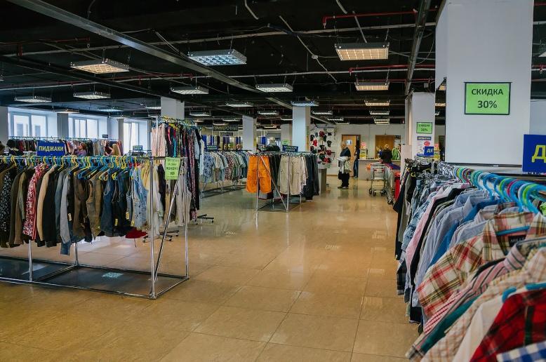 Современные секонды — это просторные и чистые магазины с примерочными, где покупателям предлагают кофе