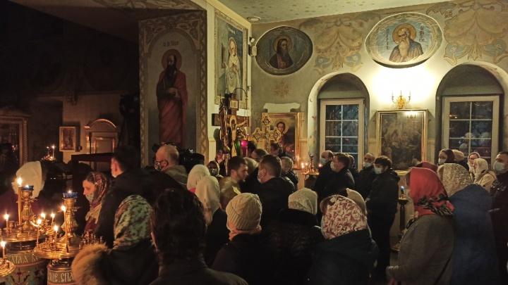 «Если закрывать храмы, Антихрист приходит»: почему ночью православные Архангельска не остались дома