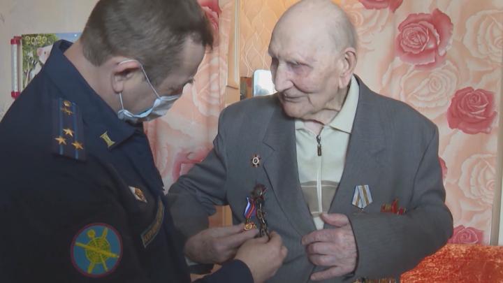 В Екатеринбурге военные устроили личный парад Победы для 104-летнего ветерана. Трогательное видео