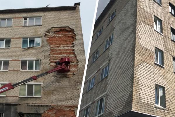 Долгое время фасад здания был обтянут сеткой, чтобы кирпичи не выпали