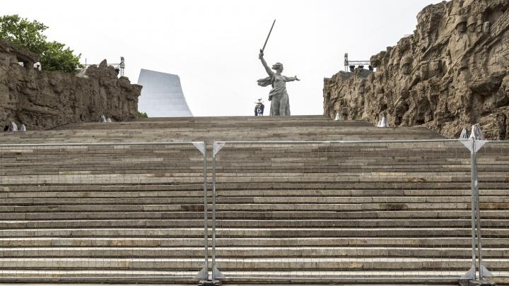 К залу Воинской славы уже не пускают: Мамаев курган и мемориальный парк Волгограда обнесли заборами