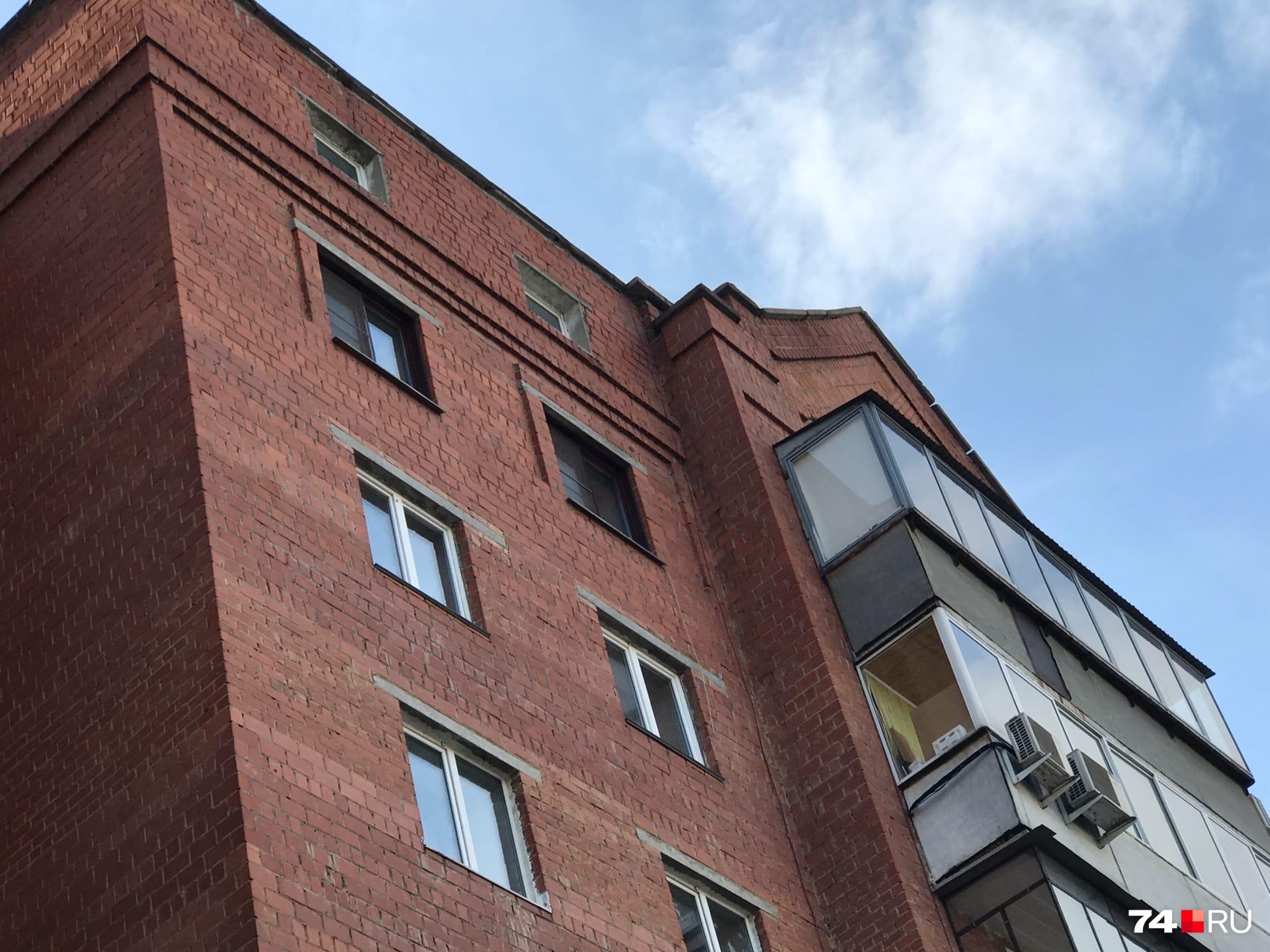 По данным МЧС, погибший в результате происшествия челябинец прыгнул с крыши 8-го этажа