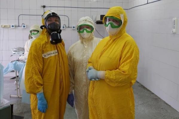 Роды принимали 6 врачей и 3 медсестры, все они были в защитных костюмах