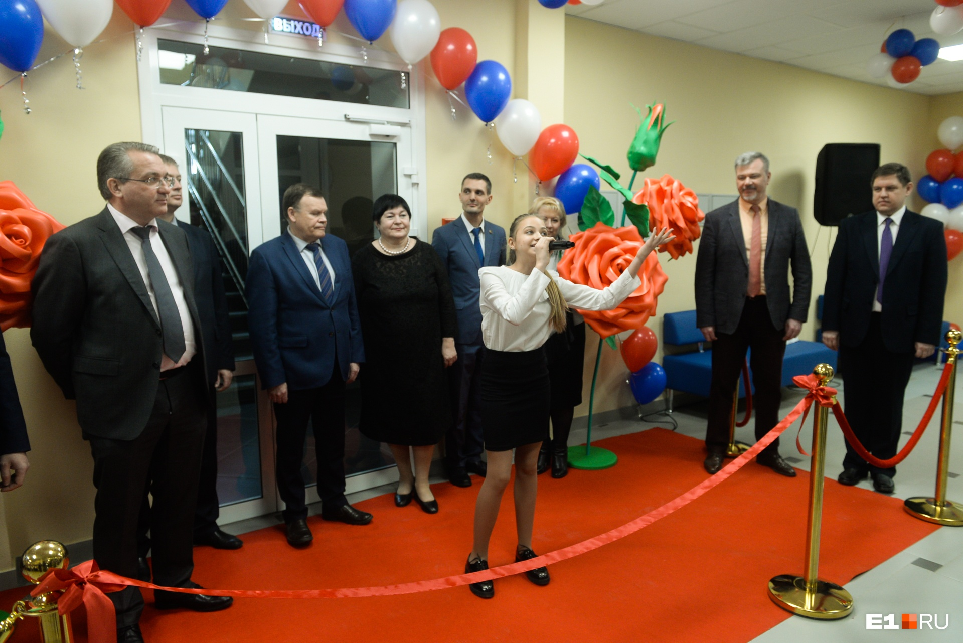 Елена Дерягина не пропускала открытие новых школ — здесь она присутствует на открытии «началки» 134-й