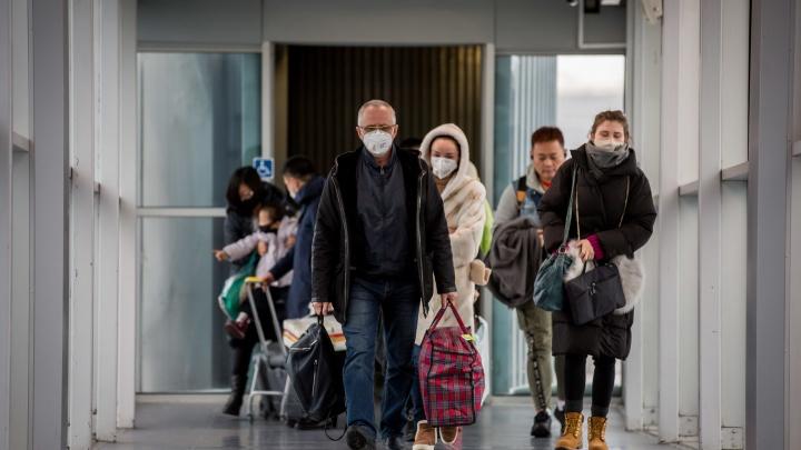 В челябинский карантинный центр из аэропорта доставили 19 новых контактных по коронавирусу