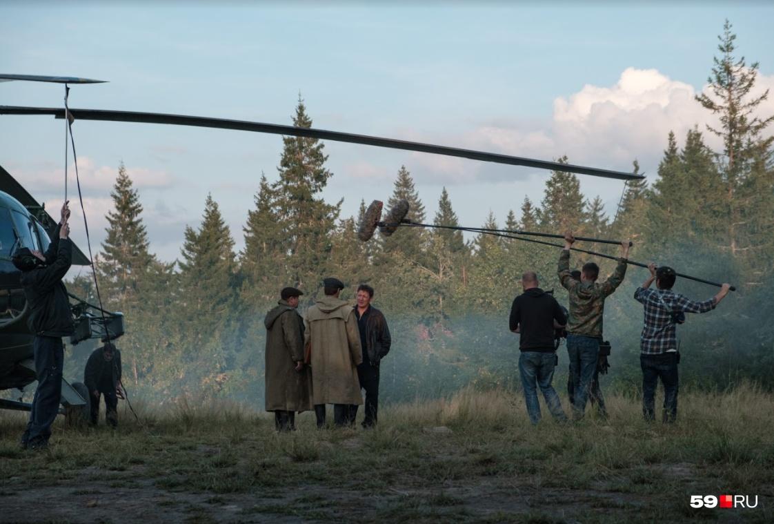 Сцена у вертолета: экипажу сообщают о том, что в лесу нашли выжившую пассажирку