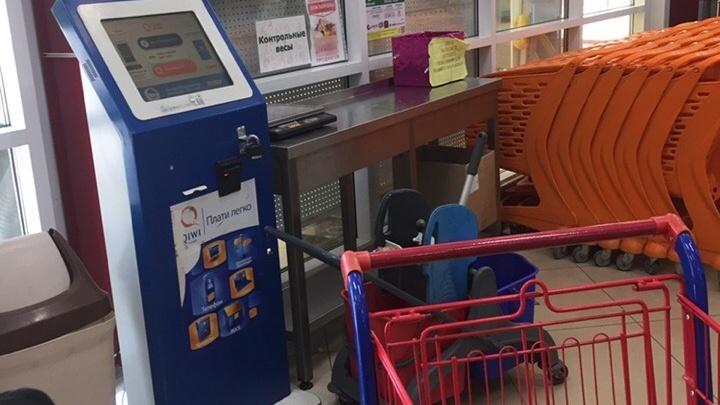 Появилось видео, как из супермаркета в Уфе украли банкомат с миллионами рублей