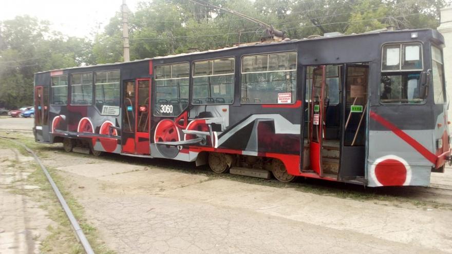 В Новосибирске на линию вышел новый расписной трамвай — где его можно встретить