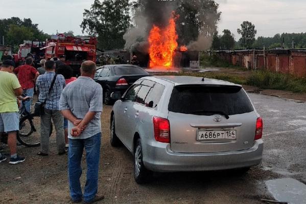 Пожарные продолжают тушить огонь пеной