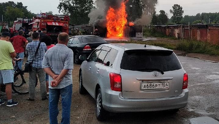 В Калининском районе заполыхал кирпичный гараж — внутри есть бензин, горит разлитое топливо