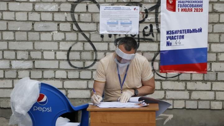 Маска, паспорт, триколор: самые интересные снимки с избирательных участков в Архангельске