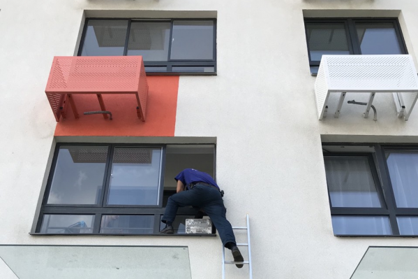 Спасатели полезли на балкон по раздвижной лестнице