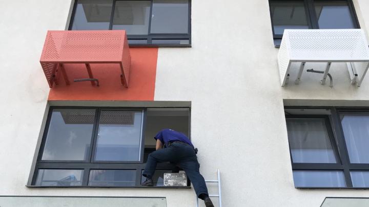 Спасли, не напугав ребенка: в Ярославле дочка заперла маму на балконе