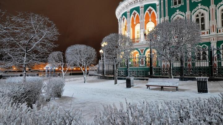 Город замело, зима не уходит: разглядываем фото снежной весны в Екатеринбурге