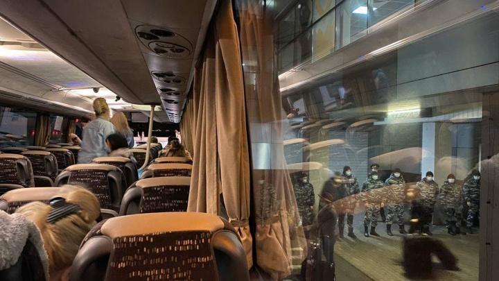 Силовики встали в ряд: как встретили туристов, вернувшихся в Уфу из Дубая