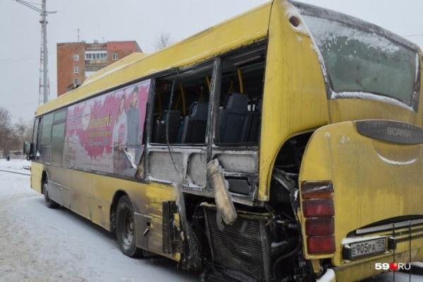 Автобус № 68. Мальчик сидел как раз там, куда пришелся удар, и там, где было неправильное стекло
