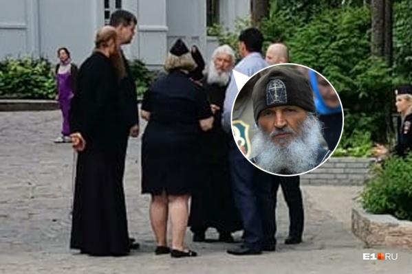Схиигумен Сергий беседует с полицией