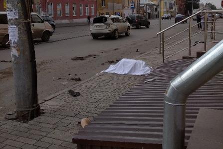 Женщина шла по тротуару и стала жертвой трагических обстоятельств
