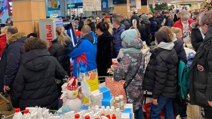«Битва вокруг салатов»: на кассах в супермаркете «Гипербола» скопилась огромная очередь