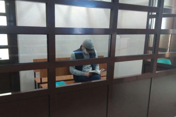 Во время оглашения приговора преступник спокойно читал книгу