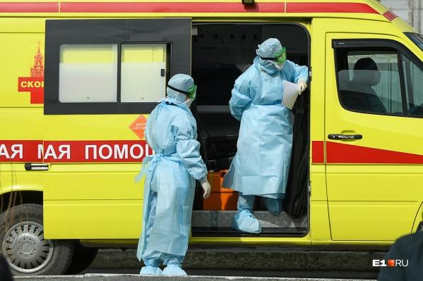 В таких костюмах врачи работают с зараженными коронавирусом пациентами