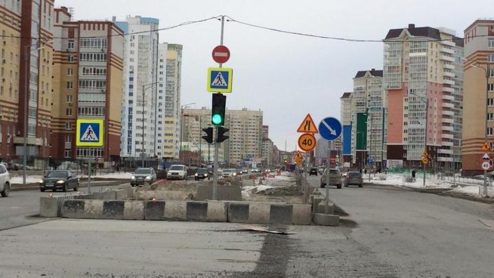 Власти объяснили, почему на Менделеева не ведут строительные работы, но часть дороги перекрыта