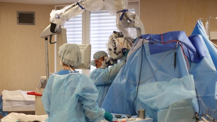 Новосибирские врачи спасли пациента с опухолью мозга и редкой болезнью — с таким случаем раньше не сталкивались
