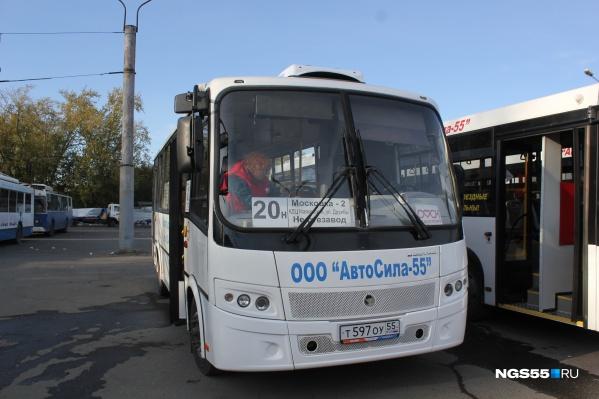 Сейчас на маршрутах «Автосилы-55» работают только автобусы среднего класса